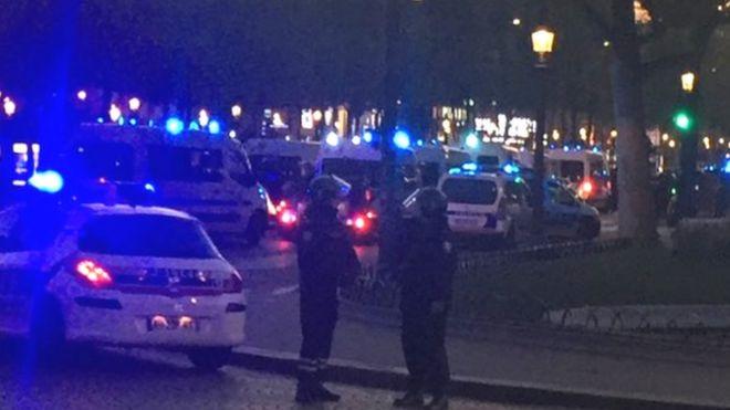 Стрелба на Шанз-Елизе, убит е полицай